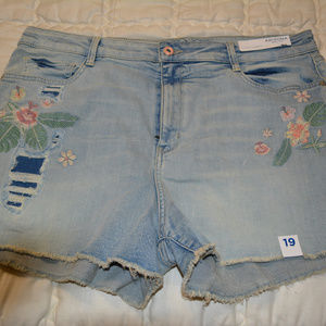 Arizona Size 19 Shorts with flower accent
